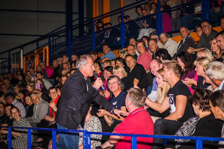 Vili Resnik se je med nastopom podal med obiskovalce.